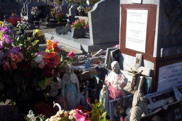 Beaucoup de remerciements sur la tombe du père Giacomo